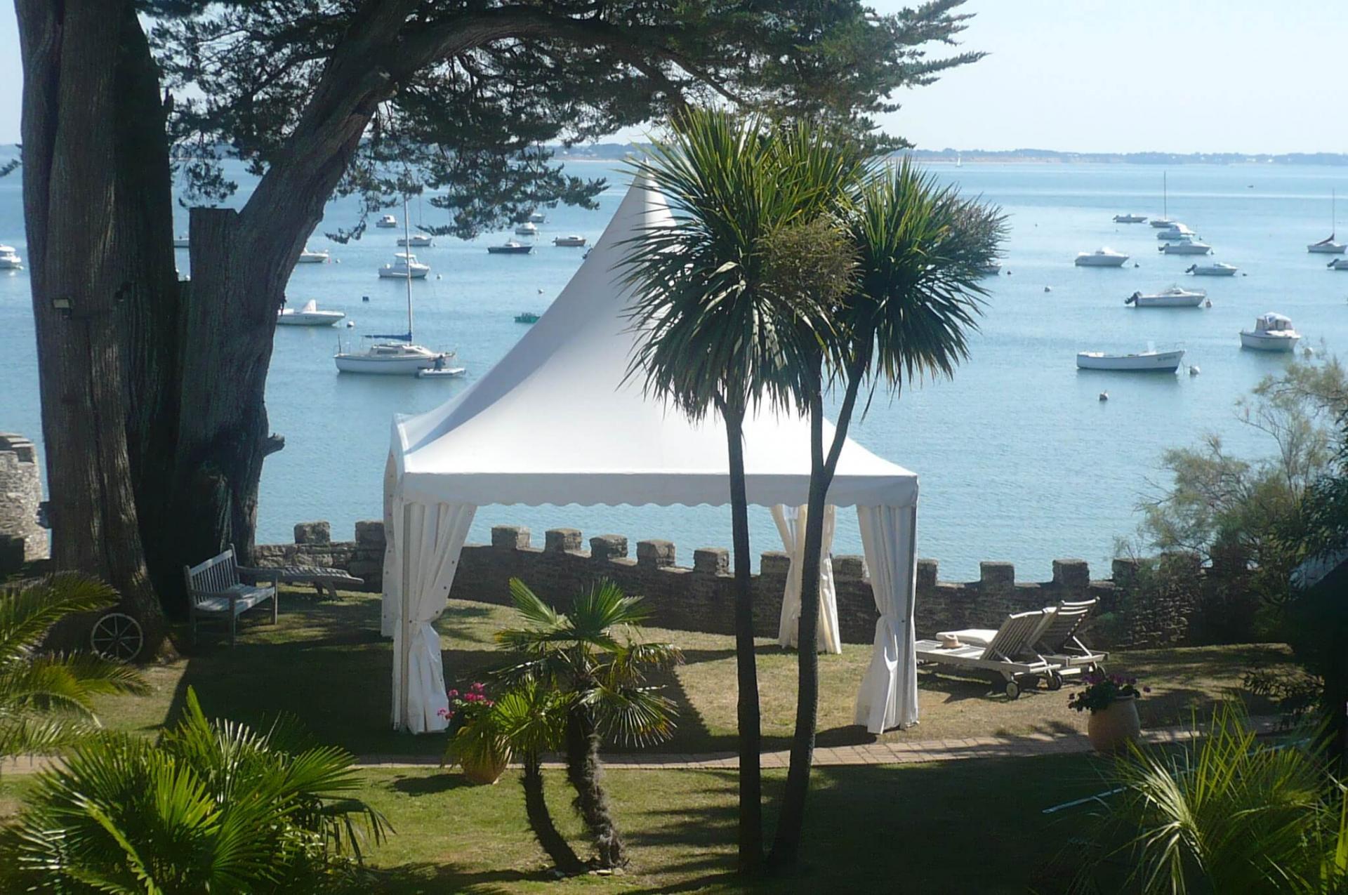 tente pagode avec vue sur la mer