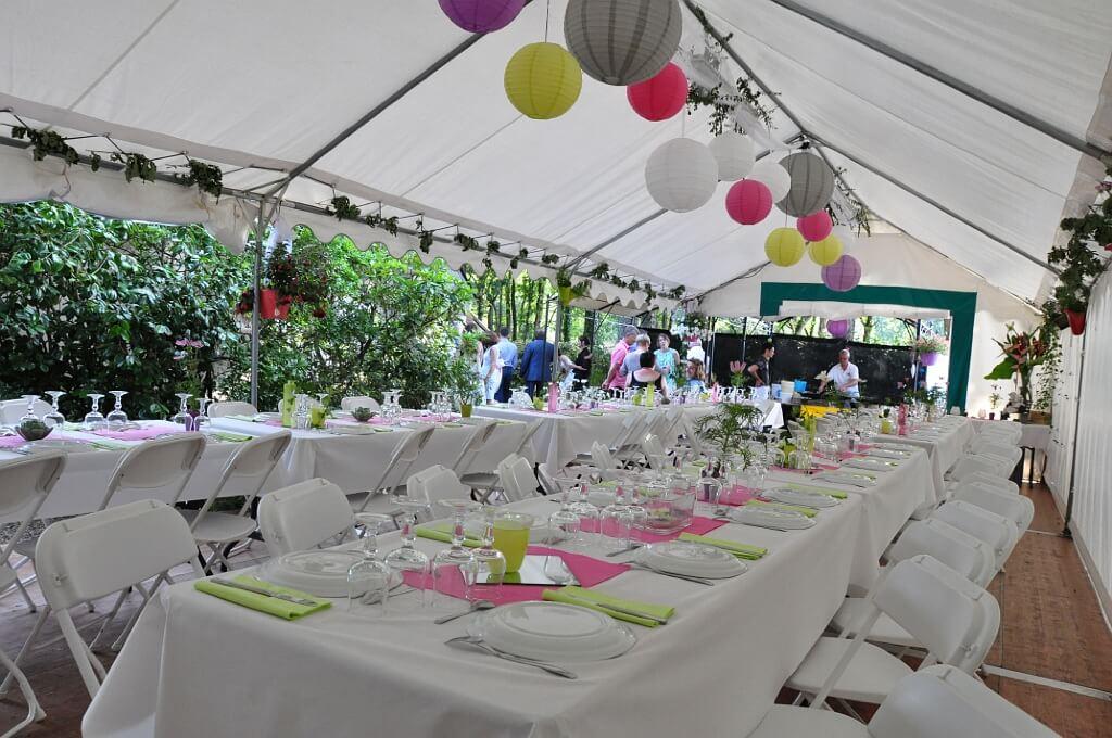 tente mariage avec tables et décoration
